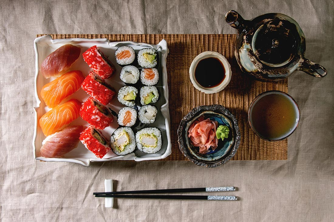 sushi-set-nigiri-and-sushi-rolls-69V8T5X